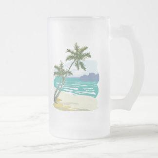 Palmas, océano y montañas taza de cristal