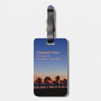 Palmas tropicales en la puesta del sol etiquetas maleta