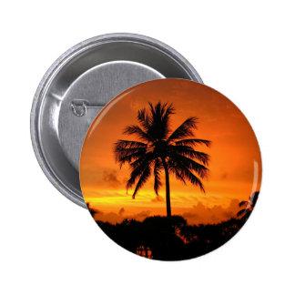 Palmas y puesta del sol pin redondo de 2 pulgadas