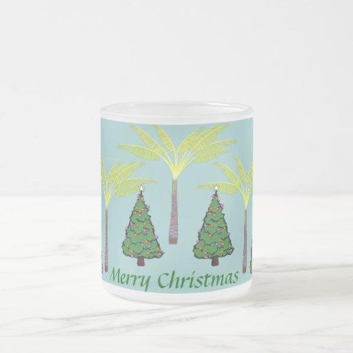 Palmas y taza de los árboles de navidad