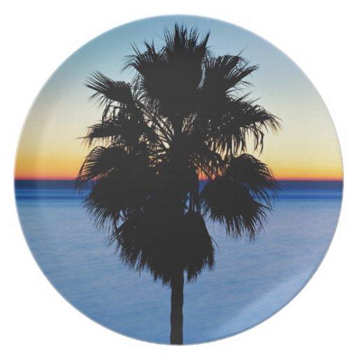 Palmera de California y puesta del sol del Océano  Platos Para Fiestas