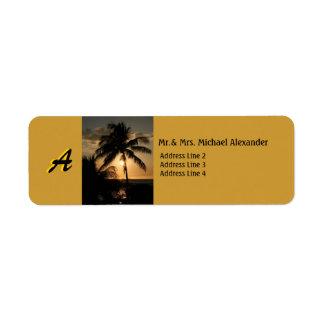 Palmera de oro de la puesta del sol de la costa co etiqueta de remite