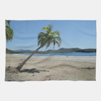 Palmera en la playa toalla de cocina