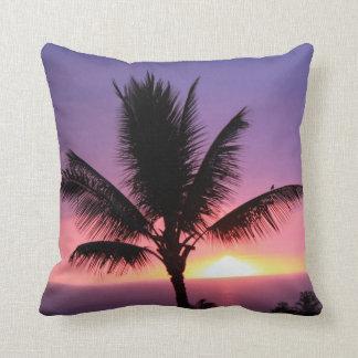 Palmera hawaiana y almohada colorida de la puesta