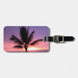 Palmera hawaiana y puesta del sol colorida etiquetas maleta