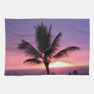 Palmera hawaiana y puesta del sol colorida toalla