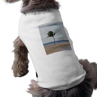 Palmera que goza de la camiseta del mascota de la  playera sin mangas para perro
