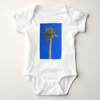Palmera y cielo azul soleado camisas