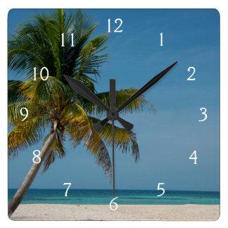 Palmera y playa blanca 2 de la arena reloj cuadrado