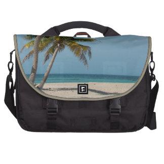 Palmera y playa blanca de la arena bolsas de ordenador