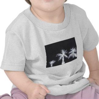 Palmeras blancas en fondo negro camiseta