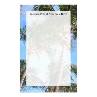 Palmeras contra el cielo azul papeleria personalizada