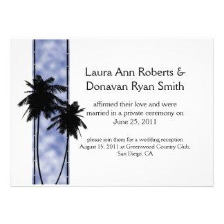 Palmeras e invitación azul del boda del poste