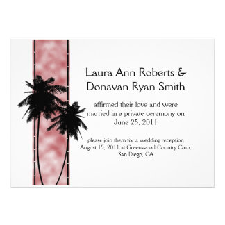 Palmeras e invitación rosada del boda del poste