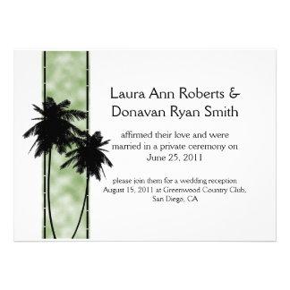 Palmeras e invitación verde del boda del poste