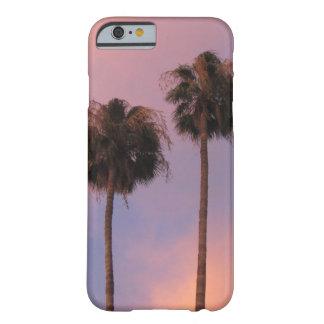 Palmeras en cielo rosado funda barely there iPhone 6