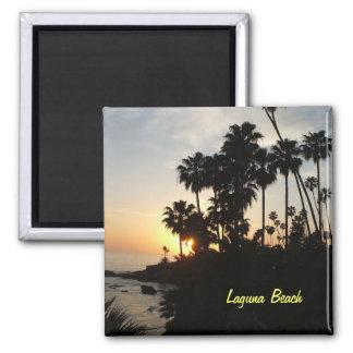 Palmeras en el imán de la puesta del sol de Laguna