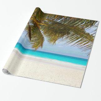 Palmeras en el mar y el cielo azules de la playa papel de regalo