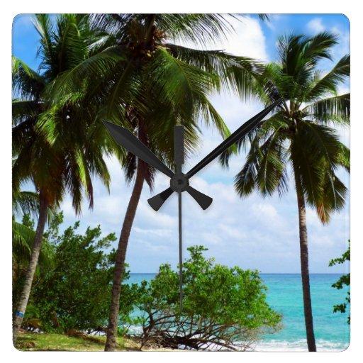 Palmeras en el reloj de pared tropical del paisaje