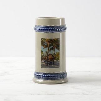 palmeras en la playa jarra de cerveza