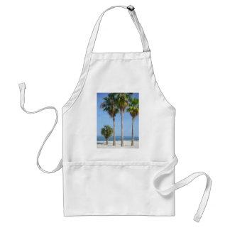 palmeras felices en la playa arenosa delantal