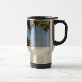 palmeras felices en la playa arenosa taza térmica