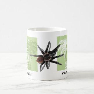 Palmeras verdes con el tarantula taza clásica