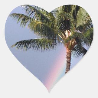 Palmeras y arco iris pegatina en forma de corazón
