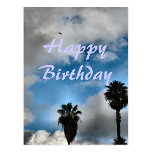 Palmeras y cielo del feliz cumpleaños tarjetas postales