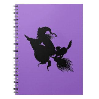Palo de escoba y gato de la bruja en púrpura spiral notebooks