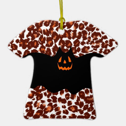 Palo en fondo del punto del leopardo adorno navideño de cerámica en forma de playera