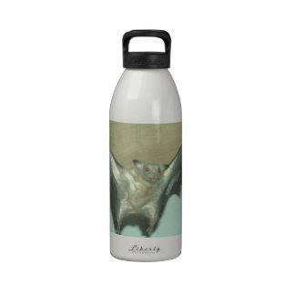 Palo enorme zorro de vuelo botella de agua