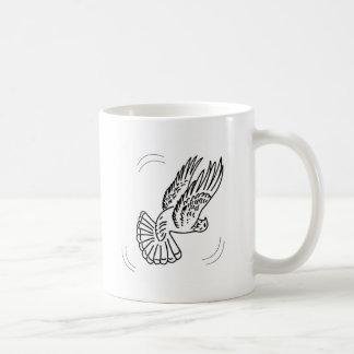 Paloma del rodillo en la acción tazas de café