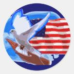 Paloma delante de la bandera americana pegatina redonda