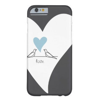 Palomas blancas lindas del corazón azul claro en funda para iPhone 6 barely there