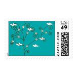 Palomas en un sello del árbol