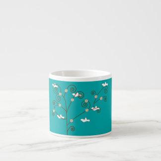 Palomas en una taza de la especialidad del árbol taza espresso