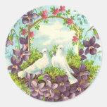 Palomas y flores pegatina redonda