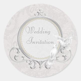Palomas y invitación blancas del boda del cordón pegatina redonda