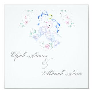Palomas y tarjetas blancas de la invitación del