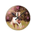 Palomino Paint caballo galopa sobre un prado Reloj Redondo Mediano