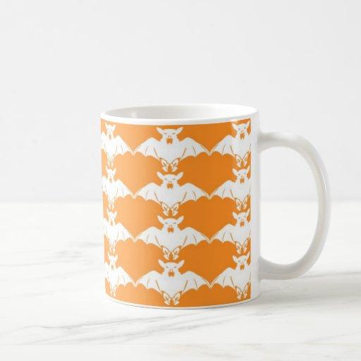 Palos blancos en la taza anaranjada