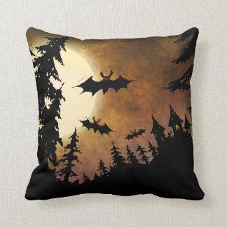 Palos, castillo y luna de Halloween Cojín Decorativo