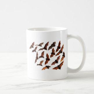 Palos de fruta del zorro de vuelo que circundan en taza básica blanca