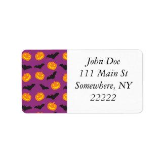 Palos de Halloween y calabazas talladas en púrpura Etiqueta De Dirección