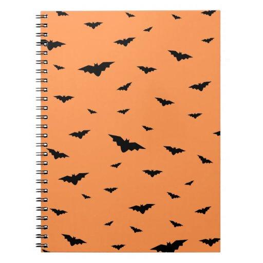 Palos y fondo anaranjado Halloween del vuelo Libros De Apuntes Con Espiral