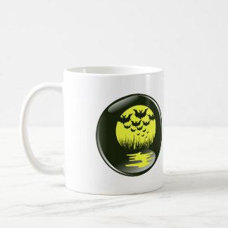 palos y reflexiones delante del mooon amarillo taza de café
