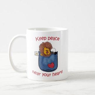 Pals del bolsillo del león y del cordero taza de café