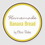 Pan de plátano hecho en casa cerca etiquetas redondas