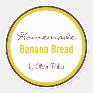 Pan de plátano hecho en casa cerca pegatina redonda